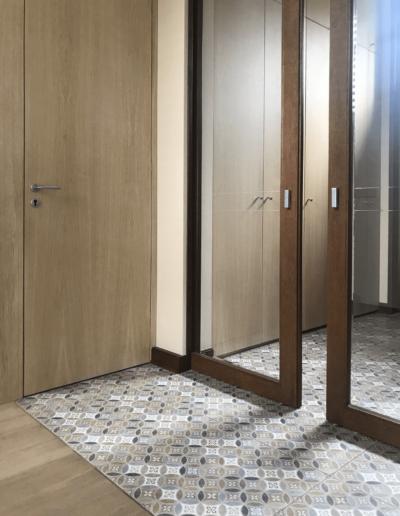 7-8-Format-Design-projekt-domu-jednorodzinnego-korytarz-zabudowa-drzwi-zabudowa-szafy-drzwi-przesuwane-szkło-frezowane