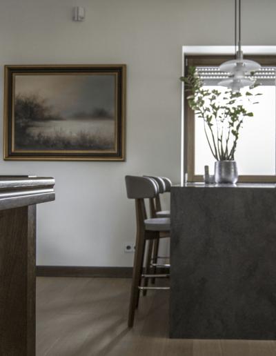 7-9-Format-Design-projekt-domu-jednorodzinnego-balustrada-szklana-balustrada-drewniana-hoker-kuchenny