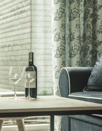 9-12-Format-Design-projekt-domu-letniskowego-ława-aranżacja-okien-sofa