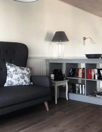 9-3-Format-Design-projekt-domu-letniskowego-podłoga-bielona-lampa-stolikowa-sofa