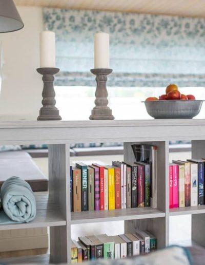 9-4-Format-Design-projekt-domu-letniskowego-regał-na-książki-lampa-stolikowa-podłoga-bielona-aranżacja-okien