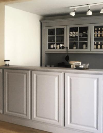 9-6-Format-Design-projekt-domu-letniskowego-kontuar-recepcja-komoda-meble-bielone