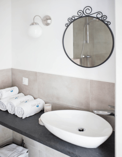 9-7-Format-Design-projekt-domu-letniskowego-łazienka-lustro-umywalka-bateria-umywalkowa
