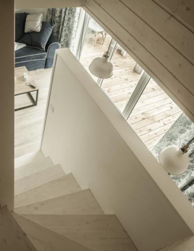 9-8-Format-Design-projekt-domu-letniskowego-podłoga-bielona-schody