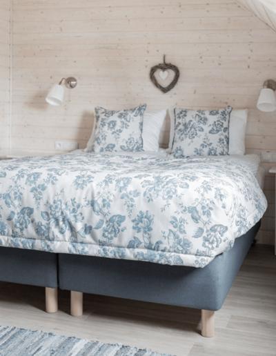9-9-Format-Design-projekt-domu-letniskowego-sypialnia-łóżko-kinkiet
