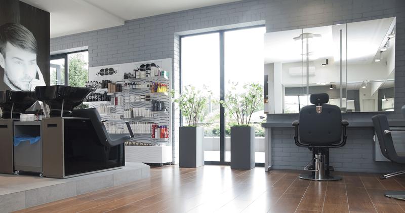 7-3 Format Design, projekt salonu fryzjerskiego, płytki z cegły, fotele fryzjerskie, lustro
